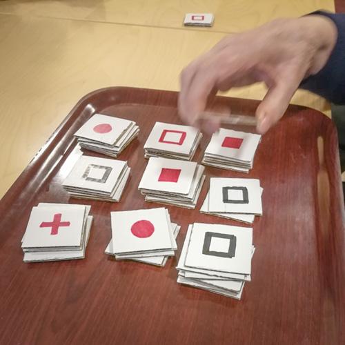 Kiinanpelin kortit 9 pinossa tarjottimella.