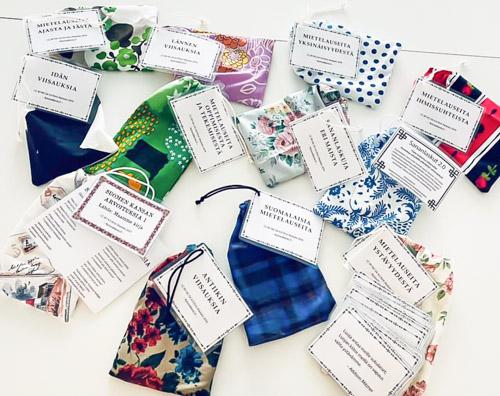 Mietelausekortit ovat kangaspussukoissa valmiina käyttöön Pohjolan palvelukeskuksessa.