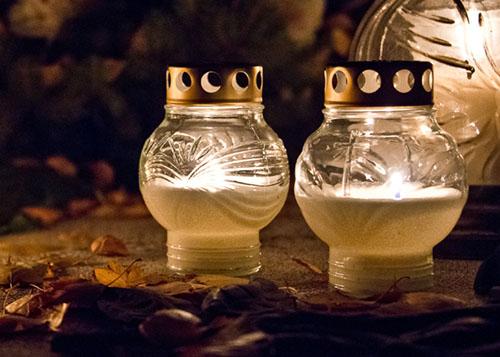 Pyhäinpäivän kynttilöitä hautausmaalla