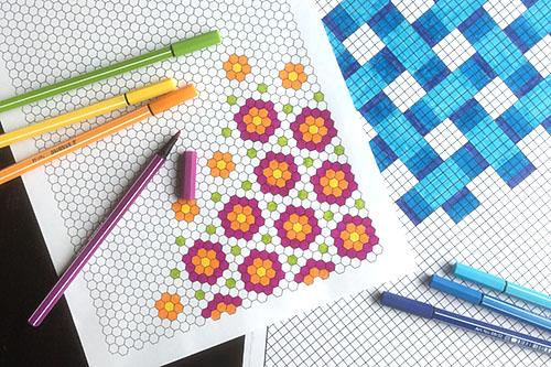 Väritystehtäviä-sivun ruudukkoja ja mallikuvioita sekä tusseja.