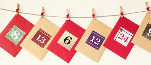 Jouluperinnekalenterin kirjekuoret on ripustettu naruun pyykkipoikien avulla